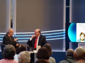 """Denis Scheck (r.) bespricht auf der Leipziger Buchmesse mit Michael Köhlmeier """"Das Mädchen mit dem Fingerhut""""."""